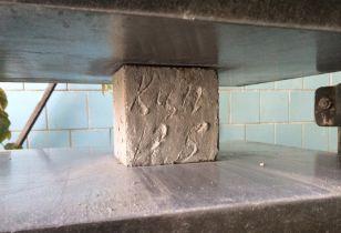 Испытание образца бетона на сжатие